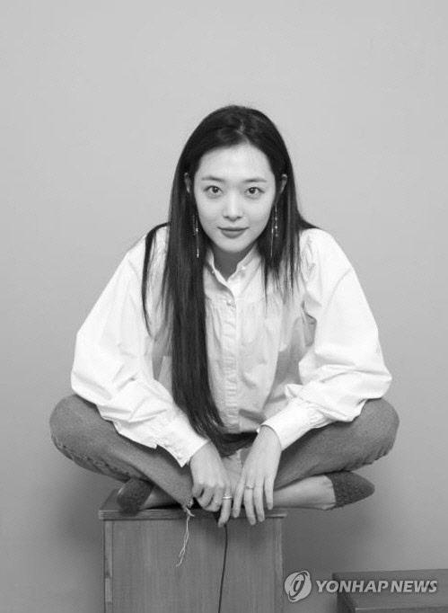 """가수 설리 숨진채 발견...경찰 """"극단 선택 추정"""""""